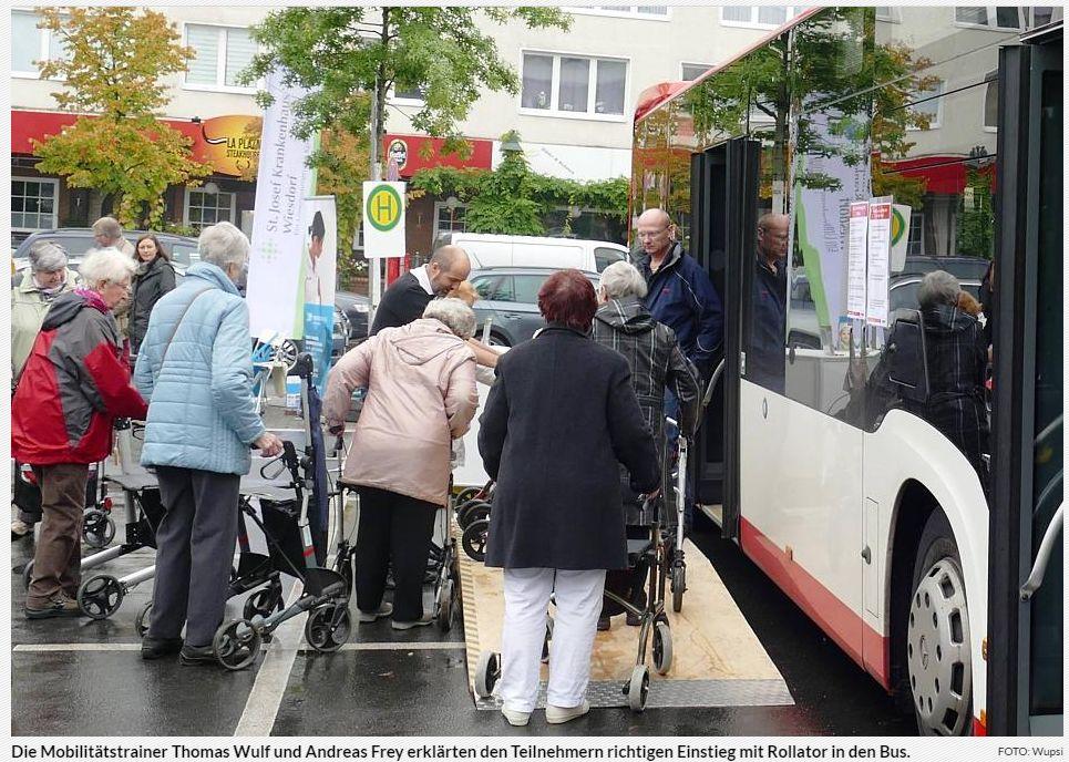 Die Mobilitätstrainer Thomas Wulf und Andreas Frey erklärten den Teilnehmern richtigen Einstieg mit Rollator in den Bus. ©-Foto Wupsi
