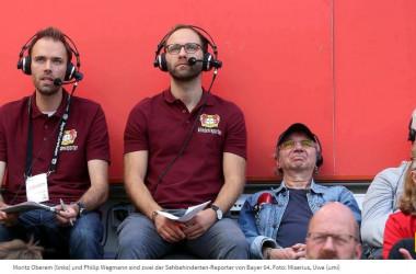 Moritz Oberem (links) und Philip Wegmann sind zwei der Sehbehinderten-Reporter von Bayer 04